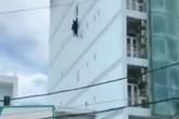 Rùng mình cảnh người đàn ông buông mình từ tòa nhà cao tầng xuống đất như phim hành động