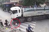 Người phụ nữ bỗng nhiên lao ra nằm dưới bánh xe tải đang vào cua ở ngã 3 đường
