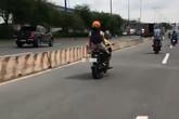 Người mẹ ung dung để con nhỏ lái xe máy lao phăng phăng trên đường khiến cộng đồng mạng tranh cãi