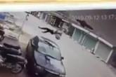 Nữ sinh đi xe đạp điện bị hất văng lên không trung sau va chạm kinh hoàng với ô tô 4 chỗ