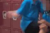Cậu bé 12 tuổi bị 3 đứa trẻ lao vào đánh đập nhưng đáng trách hơn lại là thái độ của giáo viên đứng gần vụ ẩu đả đó