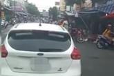 Một phụ nữ vô tư dừng xe ô tô giữa ngã 3 đông người qua lại chỉ để đi chợ