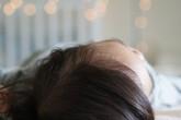 Bé gái 7 tuổi dậy thì sớm vì thói quen ngủ bật đèn suốt 3 năm