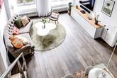 Tận dụng trần cao, đôi vợ chồng trẻ đã thiết kế thêm gác lửng cho căn hộ siêu xinh của mình