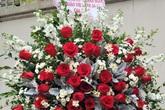 Quà tặng 20/11: Tranh ân sư mạ vàng 3 triệu đồng gây 'sốt', hoa ngoại đắt đỏ vẫn 'sính'