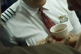 Tiếp viên hàng không bón đồ ăn, lau miệng cho khách