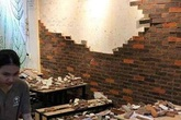 Tường gạch trang trí của quán ăn bất ngờ đổ sập, 4 thực khách nhập viện