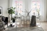 Căn hộ rộng 62m² sử dụng màu trắng là chủ yếu nhưng chẳng hề nhàm chán nhờ cách trang trí có tính thẩm mỹ cao