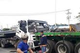 Thanh thép chọc thủng cabin xe đầu kéo, người dân 'chật vật' đưa tài xế gục trên vô lăng ra ngoài