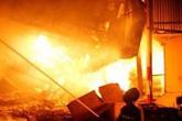 Cháy cửa hàng đồ nhựa ở TP.HCM, người dân ôm tài sản tháo chạy