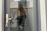 Nhà vệ sinh trường người ta: Vách ngăn trong suốt bên ngoài nhìn thấu khiến học sinh dở khóc dở cười