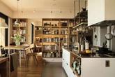 Căn hộ ấn tượng với hàng trăm loại gia vị và hàng ngàn cuốn sách của người phụ nữ đam mê nấu nướng