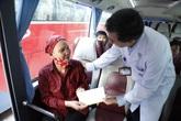 Chuyến xe đặc biệt đưa bệnh nhân ung thư về quê đón Tết