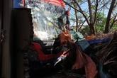 Xe khách tránh trâu trên đường đâm vào nhà dân, nhiều người may mắn thoát chết