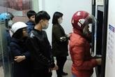 Hà Nội: Công nhân xếp hàng dài rút tiền tại cây ATM trước lúc về quê đón Tết