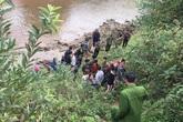 Tá hỏa phát hiện thi thể cô gái trẻ bị chôn vùi lộ cánh tay bên bờ suối