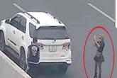 Hà Nội: Đi chơi Tết, thiếu nữ đỗ xe ô tô giữa đường cao tốc chụp ảnh check-in gây bức xúc