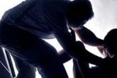 Đang tắm ở nhà, bé gái 9 tuổi bị đối tượng nghiện hiếp dâm