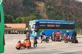 Hà Tĩnh: Hành khách chật vật chờ xe vào Nam ra Bắc sau Tết Nguyên đán