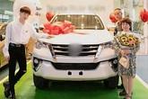 Sao Việt mua nhà, xe hơi tiền tỷ tặng cha mẹ