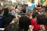 Khẩu trang y tế 17.000 đồng/hộp, dân tranh nhau mua ở chợ thuốc lớn nhất miền Bắc
