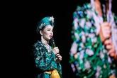 Mẹ ca sĩ Lệ Quyên giấu mặt trên sân khấu biểu diễn cùng con gái