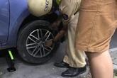 Ô tô bể bánh loạng choạng, CSGT Sài Gòn giúp tài xế thay lốp xe