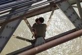 Hà Nội: Buồn chán chuyện gia đình, cha ôm con 7 tháng tuổi định tự tử ở cầu Long Biên