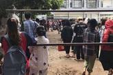 Choáng với cảnh sinh viên 1 trường đại học ở Hà Nội đứng dài cả km từ 6h sáng