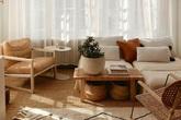 Căn hộ nhỏ màu trắng kem đẹp không tì vết với điểm nhấn từ nội thất gỗ thân thiện