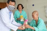 Giám đốc Bệnh viện Chợ Rẫy thăm và tặng quà các nữ bệnh nhân ung thư