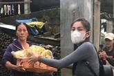 Nghệ sĩ Việt dầm mưa giúp đỡ người dân miền Trung