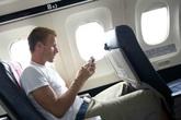 Lý do bạn tuyệt đối không được dùng điện thoại kể cả khi máy bay vừa hạ cánh