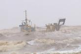 Quảng Trị: Gian nan giải cứu 10 thuyền viên mắc kẹt trên tàu trong khi sóng rất to, gió rất lớn