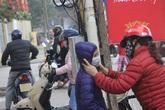 """Học sinh Hà Nội đi học đeo khẩu trang kín mít, phụ huynh chào con bằng câu nói """"nhớ không được tháo khẩu trang ra nhé!"""""""