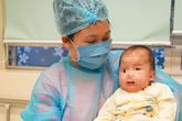 Vì sao mẹ liên tục gần gũi, chăm sóc con 3 tháng tuổi mắc COVID-19 mà không bị lây?