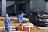 Vợ giám đốc Vũ Hán chạy theo xe chở thi thể chồng