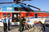 Trực thăng vượt biển ra đưa 2 ngư dân gặp nạn tại Trường Sa về đất liền cấp cứu