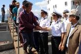 Tàu Hải quân đưa 33 ngư dân gặp nạn ở Trường Sa vào bờ an toàn