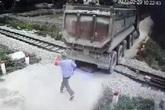 Nghệ An: Nhân viên gác chắn kịp thời ngăn đoàn tàu cứu tài xế xe tải
