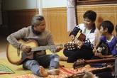 Tấm lòng của người đàn ông cưu mang, dạy nhạc miễn phí cho trẻ em nghèo