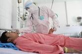 Cán bộ y tế 'bế quan' để chiến đấu với virus nCoV tại bệnh viện, ngắm con qua smartphone