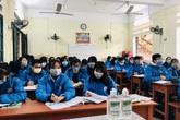 """""""Nghỉ ở nhà buồn lắm"""", học sinh Hải Phòng đeo khẩu trang trở lại lớp giữa dịch nCoV"""