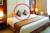 Công dụng cực kì bất ngờ của chiếc gối nhỏ trên giường khách sạn mà ai cũng từng thấy qua