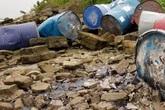 Truy tìm chiếc xe tải đổ trộm nhiều thùng phuy nghi chứa chất độc hại xuống sông Hồng