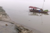 Cận cảnh những mảng hóa chất bị rò rỉ từ những thùng phuy đổ trộm xuống sông Hồng
