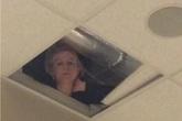 Hí hửng vì không có giáo viên trông coi trong giờ kiểm tra, học sinh nhìn lên trần nhà thì thấy cảnh