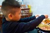"""Bé trai 10 tuổi nấu bữa cơm hàng ngày khiến các mẹ sôi sục muốn """"về nhà dạy lại con"""""""