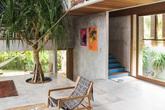 Ngôi nhà đầy sắc màu nhiệt đới với cây xanh phủ kín mọi góc nhìn
