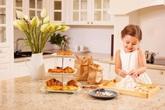 """Con gái """"thiên thần"""" của Diva Hồng Nhung làm bánh tặng mẹ, thành quả đẹp lạ gây ngạc nhiên"""